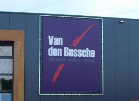 Banner vlak op de gevel